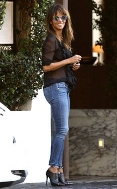 Halle Berry from The Big Picture: Today's Hot Photos Hey, Halle! The star gives a big grin while out in West Hollywood. Halle Berry Pixie, Halle Berry Style, Halle Berry Hot, Hally Berry, Black Sheer Blouse, Look 2018, Miami Fashion, Hottest Photos, Lady