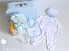 ¿No crees que podría ser un regalo de nacimiento muy completo? Regalitos para el bebé muy útiles para los papás dentro un práctico maletín.  #regalobebe #regalosoriginales #canastilla #tartasdepañales #babyshower #canastillas #tartadepañaleshttp://www.mibbtarta.es/pro…/maletin-grande-clasico-lunares/