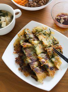 カリカリもちもちの食感が美味しいチヂミ。大葉をたっぷり入れるとさわやかな風味で仕上がります。レシピで紹介されている醤油だれはもちろん、上でご紹介した大葉キムチをのせて頂いても美味しそう♪ Ratatouille, Japanese Food, Asparagus, Zucchini, Pork, Menu, Asian, Vegetables, Cooking