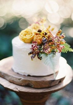 Fresh flowers on top of a simple white wedding cake - so pretty. Love the wood it sits on, perfect for a rustic wedding