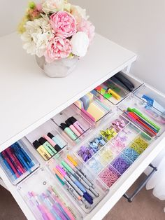 Woman reveals how she locks a closet into a stationery .- Frau enthüllt, wie sie einen Schrank in eine Schreibwarenecke verwandelt hat – Wohnaccessoires Woman reveals how she turned a closet into a stationery corner - Study Room Decor, Cute Room Decor, Study Rooms, Craft Room Design, Diy Crafts For Room Decor, Study Space, Decorations For Room, Kids Decor, Pastel Room Decor