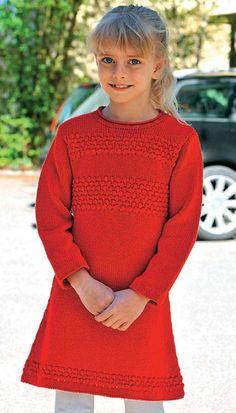 Det rå boblemønster minder om en original sømandssweater, og det gør den klare, røde kjole både fin og praktisk på én gang.