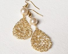 Draht häkeln Ohrringe Gold Ohrringe. Perlen Ohrringe. Baumeln Sie zierliche Draht Ohrringe. Braut Ohrringe Schmuck aus Draht häkeln. Draht jeawelry