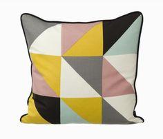 Remix Cushion - gul silkepude fra Ferm Living