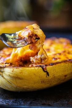 How to Cook Spaghetti Squash Boats - Savory Thoughts - Here's the right way to cook spaghetti squash boats! This method will leave you with a juicy, tender, spaghetti-like experience every single time. Full of fiber and other nutritious value. New Recipes, Vegetarian Recipes, Dinner Recipes, Cooking Recipes, Healthy Recipes, Veggie Recipes, Spaghetti Squash Boat, Spaghetti Squash Recipes
