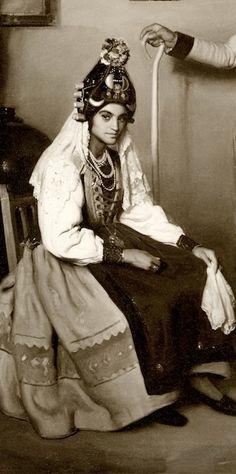 This woman looks so sad... :( ♢ Traditional spanish folk costume from Segovia