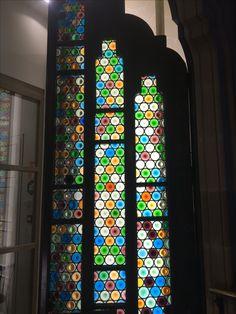 Encima es una puerta de vidriera. Esta es una ejempla  que vidriera está utilizada para más de ventanas. La funciona es para permitir luz en el cuarto porque es posible no hay ventanas en el cuarto. El diseño es muy simple pero atractivo. El propósito de la vidriera es solo para decoración y el significado es para ver bien y mejorar la apariencia.