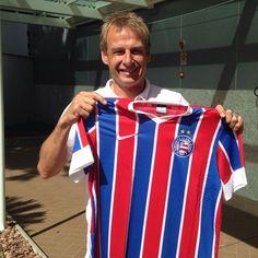 """Klinsmann posa com camisa do Bahia, e EUA brincam: """"Mais fácil para torcer"""" Twitter da seleção americana faz comparação entre o país e o time baiano antes das oitavas de final da Copa, contra a Bélgica, em Salvador: """"Tem as cores dos EUA"""" (Foto: Reprodução / Twitter)"""