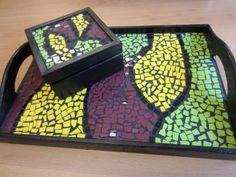 Conjunto de bandeja y caja decorada con mosaico Mosaic Tray, Stained Glass, Cube, Coasters, How To Make Money, Mirror, Frame, Pattern, Crafts