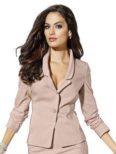 Der Blazer von ALBA MODA RED EVENT mit raffiniertem Reverkragen und 1-Knopf-Verschluss ist der perfekte Begleiter für viele feminine Outfits. Er lässt sich im Büro mit dem passenden Rock wunderbar als Kostüm kombinieren und wertet auch Ihre stilvolle Abendgarderobe gekonnt auf. Figurbetonte Form, Länge in Gr. 38 ca. 58 cm. Obermaterial: 89% Polyester, 11% Elasthan, Futter: 60% Acetat, 40% Visko...