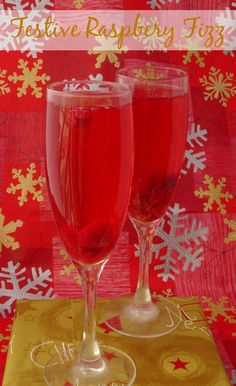 The perfect fruity alcoholic cocktail for Thanksgiving, Christmas or New Year's Eve. Get the #recipe here: http://pinkrecipebox.com/festive-raspberry-fizz-2/