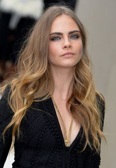 Cara Delevingne Photos - Cara Delevingne attends the Burberry Prorsum show during London Fashion Week Spring/Summer on September 2015 in London, England. Cara Delevingne Haar, Cara Delevigne, Curly Highlights, Tweezing Eyebrows, Natural Brows, Beauty And Fashion, Perfectly Posh, Balayage Hair, Hair Goals