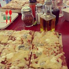 Pizza cuadrada de cinco quesos en puerto vallarta
