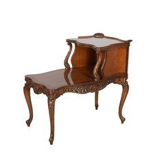 Mesa para teléfono. Siglo XX. Estilo Luis XV. Elaborada en madera enchapada. A 2 niveles. Con cubiertas irregulares  Estimado: $3,200 to $6,000.