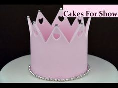 I made this simple edible crown for the top of a cake. I mixed sugar paste and petal paste together to make a strong modelling paste that sets hard. Fondant Crown, Fondant Icing, Fondant Toppers, Princess Crown Cake, Princess Tiara, Cake Decorating Techniques, Cake Decorating Tips, Tiara Cake, Making Fondant