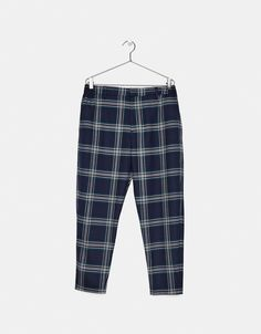 Loose Carrot Fit checked trousers - Bershka #editorial #lookbook #fashion #trend #trendy #photography #cool #young #outfit #ideas #inspiration #clothes #pantalón #cuadros #blue #navy #azul