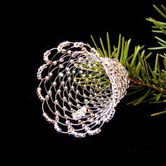 Drátované+Vánoce+.....10+Zvoneček+z+drátku+stříbrné+barvy,+zdobený+stříbrným+sekaným+ nebo+kulatým+rokailem.+Výška+6+cm.+Cena+za+1+kus. Christmas Angel Ornaments, Beaded Ornaments, Christmas Decorations, Beaded Jewelry Patterns, Beading Patterns, Christmas Jewelry, Wire Art, Suncatchers, Wire Jewelry