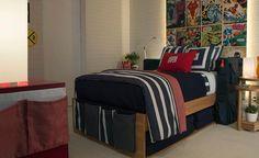 Ambiente do showroom, um quarto teen assinado por Carolina Hirt, colcha, cortina, almofadas confeccionadas pela Casa Mineira.