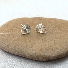 Free Wire Tutorial: DIY Spiral Post Earwires at Lisa Yang's Jewelry Blog