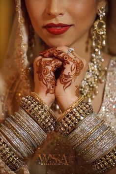 Love this shot of the bride's mendhi, choora (wedding bangles), and jewelry. Quite stunning