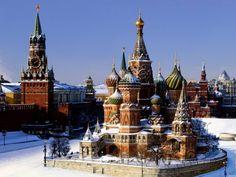 Paisaje invernal del Kremlin (a la izquierda) y la Catedral de San Basilio, desde la Plaza Roja de Moscú. | Lejos del tiempo
