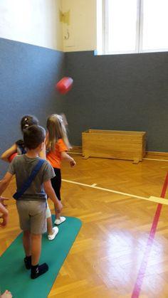 Die Vorgeschichte  Der kleine Drache Kokosnuss ist in der jetzigen ersten Klasse unser Klassenthema. Das Spiel dazu gab es in Turnen.   Spi...