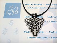 2014/031 - Pendentif + cordon - style triangle - tissage peyote - perle en noir et blanc - motif Bérénice : Pendentif par sanorelia