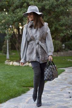 Buenos días a tod@s :)!!!!! Despedimos la semana con un total look en gris  Todo es de Nueva Temporada excepto el chaleco y el bolso, pero ambos podéis encontrarlos muy muy similares, son de esas pren