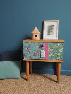 """Meuble rénové / EDITH : table de chevet vintage revisitée avec des motifs """"bohème"""" aux coloris bleu, rose et vert."""