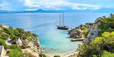 Φυσικά και μια χρονιά σαν το 2020 θα έπεφτε ο Δεκαπενταύγουστος Σάββατο –χωρίς καν να Cool Countries, Greece Travel, Wine Country, Santorini, Cool Places To Visit, Athens, Strand, The Good Place, Beautiful Pictures