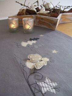 Liebevoll gestalteter Tischläufer zur Winter-,Weihnachtszeit. Aus Baumwollstoff, grau. Die Flügel des Engels stehen leicht ab, können aber auch angenäht werden.  Größe 1,40m x 0,40m, oder...