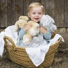 La peluche lapin Sweet Tweed par Pasito a pasito ultra douce, accompagne l'enfant dès la naissance.