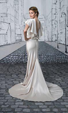 Old Hollywood glamorous wedding dress back. Style 8875 back, Justin Alexander #weddingdress