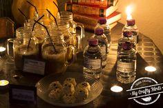 Decoración y recetas para preparar una mesa dulce temática de Halloween Whiskey Bottle, Halloween, Drinks, Food, Candy Buffet, Candy Stations, Garlands, Mesas, Recipes