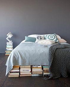 Donkere houten vloer, grijze muur