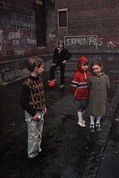 Raymond Depardon, Glasgow, Ecosse, 1980. Magari i soggetti posano....ma trasmette perfettamente il clima di quegli anni, la povertà, l'innocenza, la ruvidità della periferia