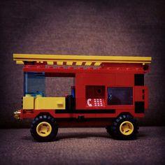 最近LEGOに目覚めている娘が消防車を作って!というのでポチポチ。 これだけパーツあるのに赤いドアを持っていなかったとは意外。