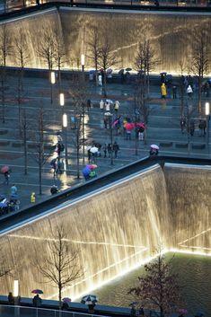 National September 11 Memorial / Handel Architects with Peter Walker,Looking North © Joe Woolhead