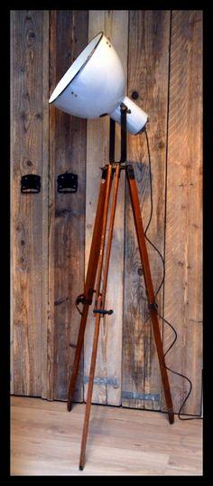 Blauwgrijze industriële statief lamp, emaille lamp op fraai houten statief.