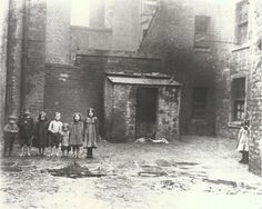 Barefooted children in the dirty and damp streets of the Gorbals, Glasgow, 1912 (Photo: Tony Currie)