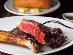 ゴッサムグリル 「リブアイステーキ骨付」(岡山・蒜山)600g。時期によっては北海道の自社牧場、群馬県神津牧場のジャージー牛を使用。系列店のVIRONのローズマリーブレッドがセット。