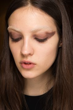 Givenchy Fall 2016 Ready-to-Wear Fashion Show Beauty Bleached Eyebrows, Light Eyebrows, Kiss Makeup, Beauty Makeup, Hair Makeup, Show Beauty, Beauty Shoot, Runway Makeup, Beauty Trends