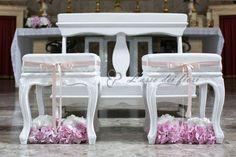 Total white e punti di rosa per le sedute degli sposi