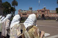 Madres y Abuelas de Plaza de Mayo, Buenos Aires, Argentina.   Si naciste entre 1975 y 1982, y tenés dudas sobre tu identidad llamá a Abuelas, te están esperando 011 4867 1212 .    Ya se recuperaron 116 nietos, faltan más de 400...