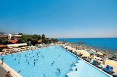 Hotel Majesty Kemer Beach Resort is een 5-sterren hotel omgeven door prachtige natuur, direct aan het schitterende strand gelegen. Het heeft een aantal uitstekende (openlucht)restaurants, beschikt over een animatieteam en biedt u een ultra all inclusive verzorging. Redenen genoeg dus om hier van uw vakantie te genieten! Het centrum van Göynük met diverse restaurants, bars en winkeltjes ligt op slechts 200 m en het centrum van Kemer op 6 km. Antalya ligt op 50 km.  Officiële categorie *****