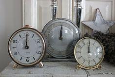 Blomkje en Wenje: old alarm clocks, it's twelve o' clock!!! Happy newyear!!