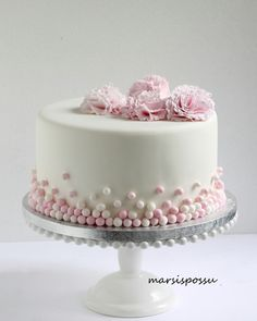 Neilikoin koristeltu ristiäiskakku Ivory Wedding Cake, Floral Wedding Cakes, Wedding Cake Designs, White Birthday Cakes, Happy Birthday Cakes, Pretty Cakes, Beautiful Cakes, Dedication Cake, Cake Designs For Kids