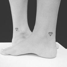 "60 curtidas, 2 comentários - Luciano Risi (@lu_risi_tattoo) no Instagram: ""#blacktattoo #minimalisttattoo #tattoo #tatuagem #tattoowork #linetattoo #diamantetattoo #diamante…"""