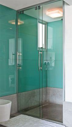 Nas paredes do boxe, o vidro foi aplicado em faixas de 75 e 57 cm de altura. ...