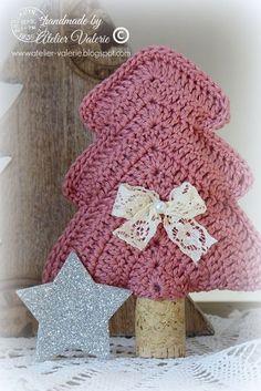 In een sfeervol hoekje een kerstboompje met een brocante uitstraling.      Het schattige kleine dennenboompje haak je gezellig bij Ellebel ...